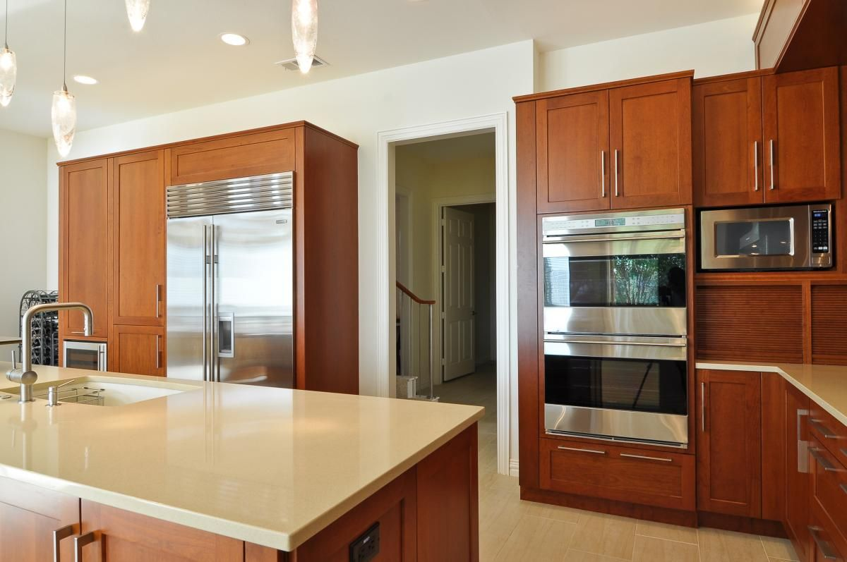 Bright open plan kitchen design with pop color gethomy