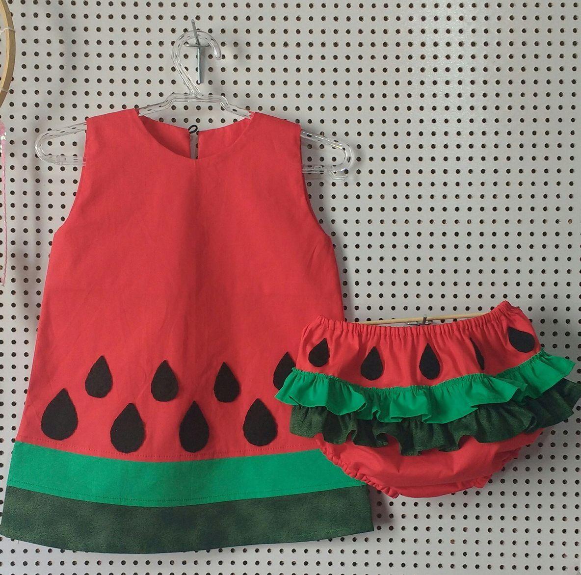 924bfdcf8e83 Vestido trapézio melancia, feito em tecido 100% algodão e sementes bordadas  em feltro. Calcinha em tecido 100% algodão, com babados e elásticos nas  pernas e ...