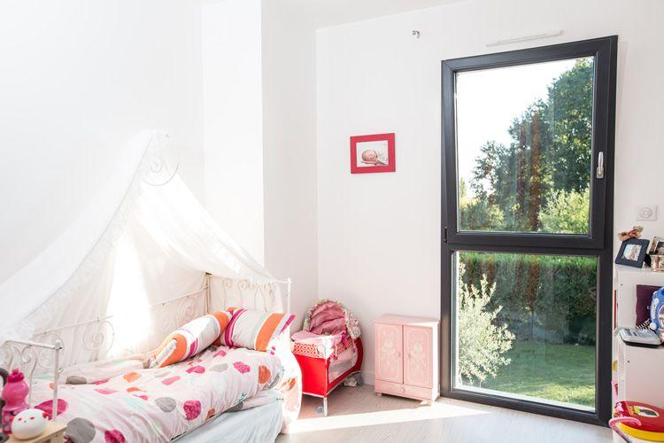 Fenêtre 1 vantail oscillo-battant sur allège fixe PVC - Coloris gris ...