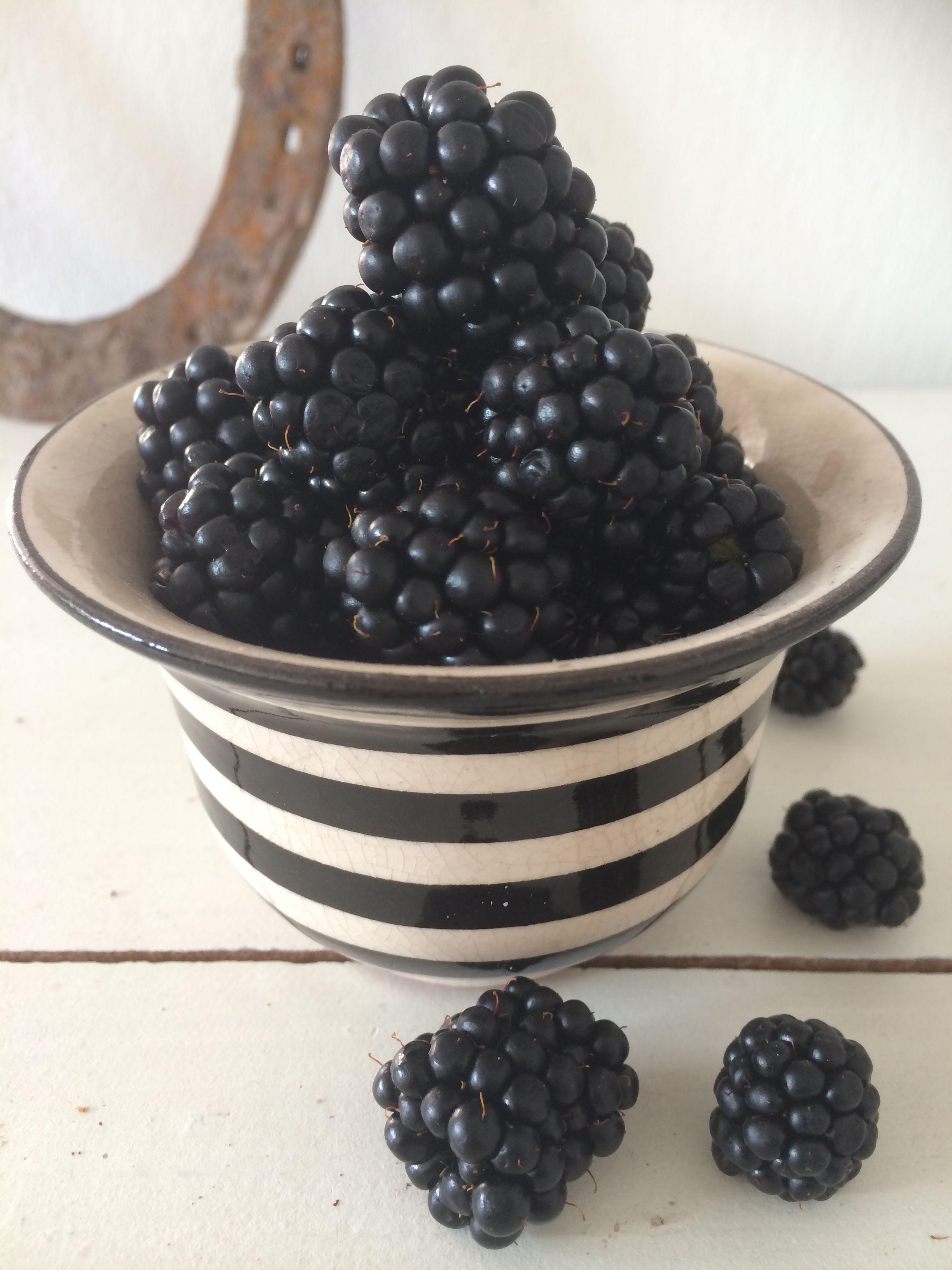 Brombeeren in einer schwarz-weißen Keramiktasse von einer bekannten skandinavischen Designerin.