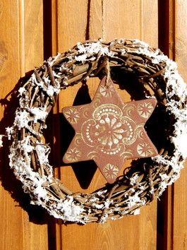 Winterzauber-Türkranz mit frostfest gebranntem Keramik-Stern, hergestellt in reiner Handarbeit