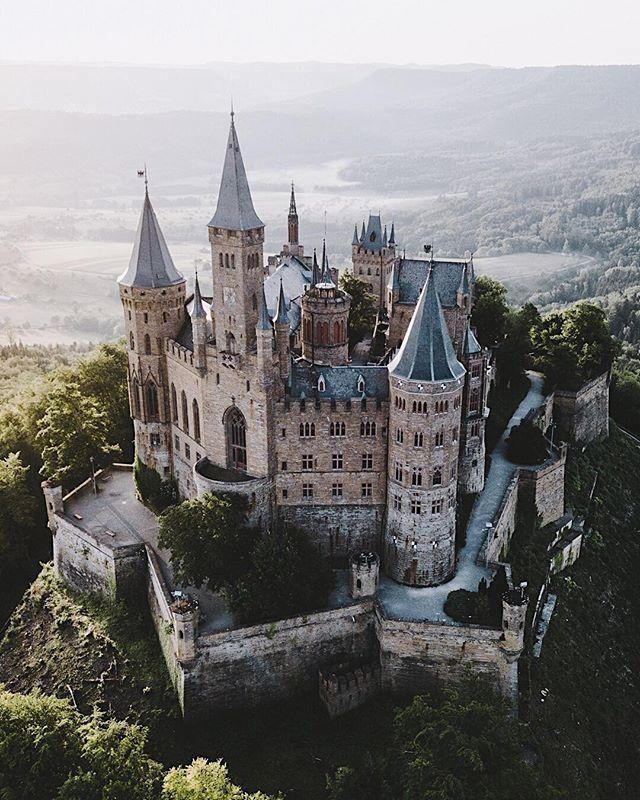 Burg Hohenzollern Funfact Wie Beim Buckingham Palast In London Oder Dem Schloss Bellevue In Berlin Weht Die Kon Hohenzollern Castle Germany Castles Castle