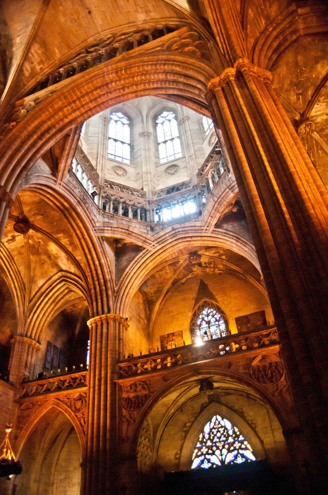 Interior de la catedral barcelona catalu a spain for Interior de la catedral de barcelona