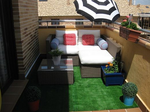 Jardines con cesped artificial dise o de decoracion de - Terraza con cesped artificial ...