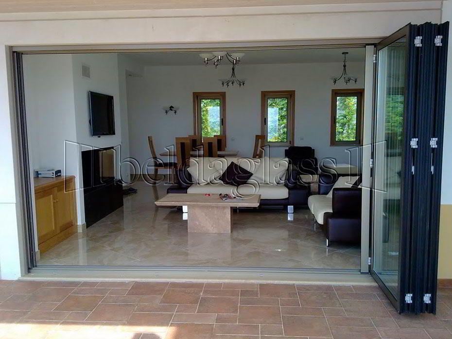 Puertas plegables de cristal para terrazas oficinas for Persianas para terrazas
