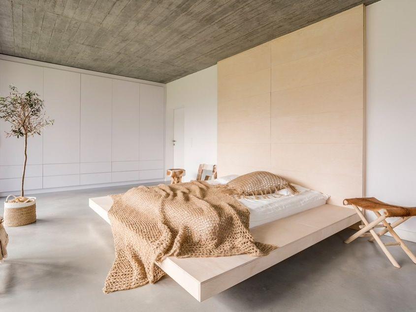 Beautiful bedroom idea,Trend wabi-sabi hołduje jasnym, neutralnym barwom oraz stonowanym kolorom ziemi. We wnętrzach mile widziane są zatem beże, zgaszone zielenie, wyważone oranże i brązy. Oprócz tego warto zapraszać do aranżacji biel, kość słoniową, odcienie budyniowe, a także całą gamę szarości. Dzięki takim zestawieniom przestrzenie zachowują swój naturalny charakter, ale jednocześnie są przytulne. #bedrooms #interiorideas #homedecoration #ideas #slaapkamer #sleepingroom #decoracióndeinterio