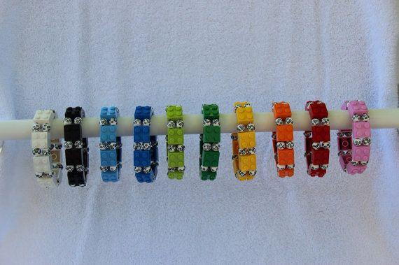 Handmade LEGO stretch bracelet flower accent beads. Aikuisten koko. Valkoinen, musta tai punainen. 10,11 €