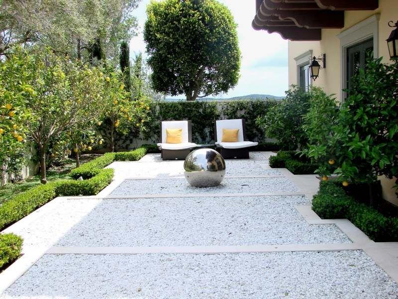 Jardin moderne avec du gravier d coratif galets et for Jardin gravier decoratif