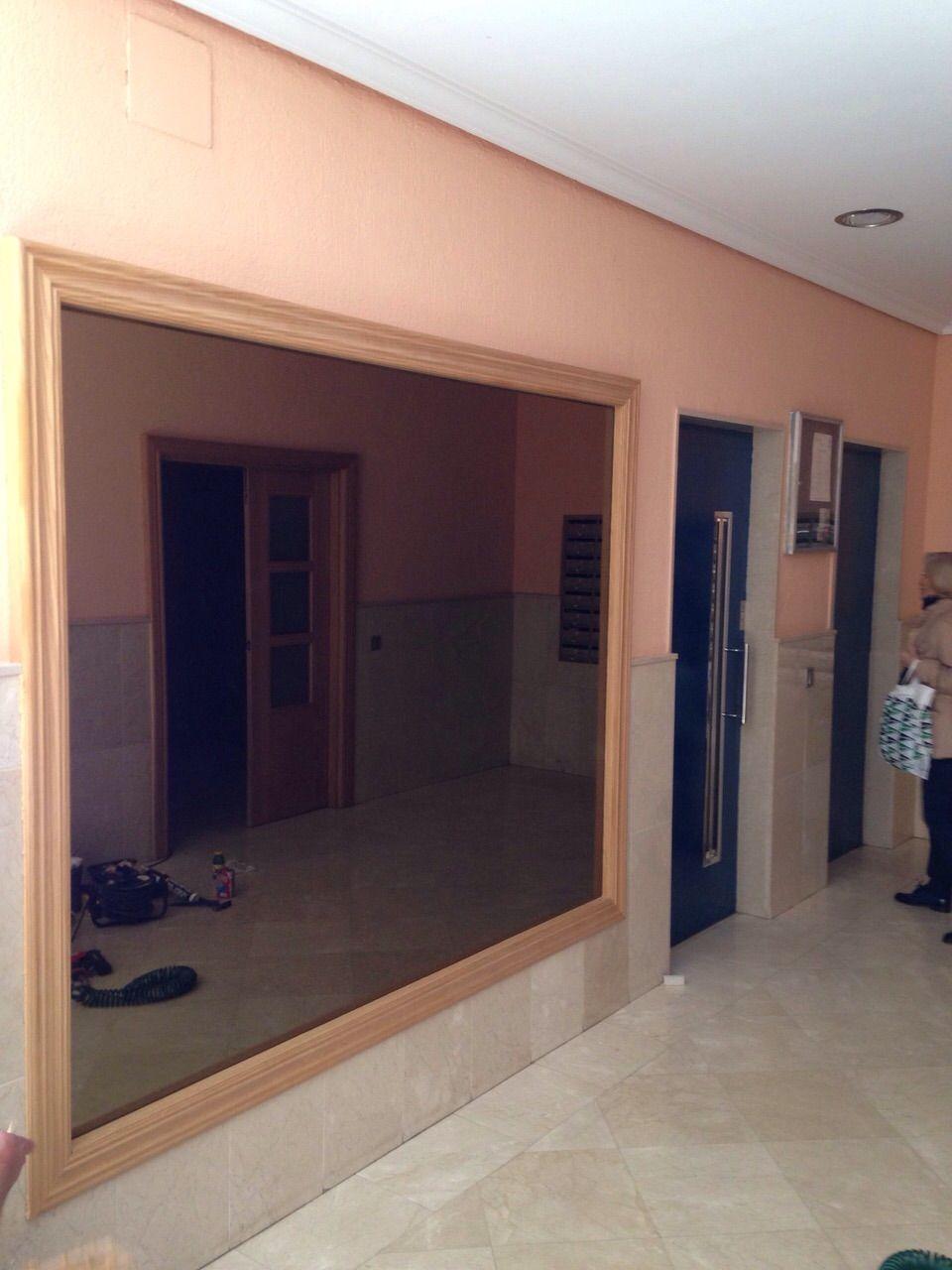 Trabajos en portal de comunidad enmarcado de espejo en madera de ...
