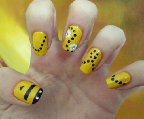 Today's Daily Nail Art is this Busy Bee design by talonted. - Bee Nails Karneval Pinterest Nail Art, Bumble Bees And Spelling