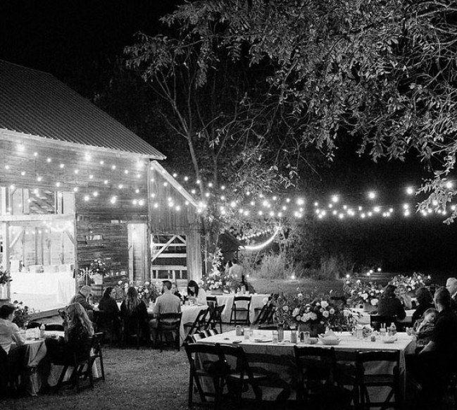 Ein paar Lichterketten, außergewöhnliche Teelichter und Kerzen: Schon herrscht Romantik pur. Was will man mehr bei einer Hochzeit...