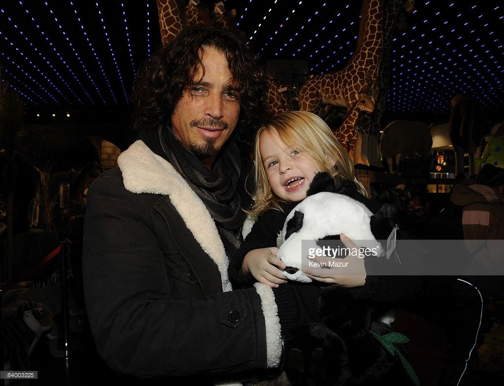 Chris cornell and family holiday shopping at fao schwartz shopping exclusive chris cornell and his son visit fao schwartz on december 11 2008 kristyandbryce Images