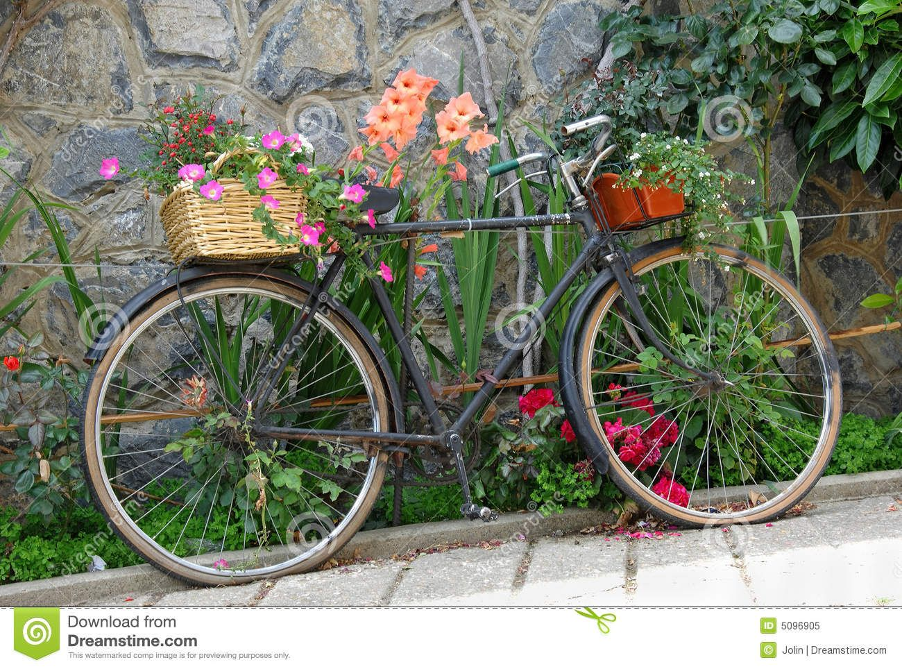 Garden decor bicycle  vieux bicyclette avec fleurs  Google Search  French Rustic Table
