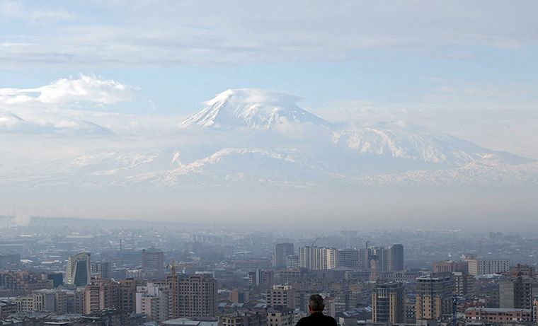 El monte Ararat (Armenia) - Maxim Shipenkov (EPA):  http://www.guardian.co.uk/news/gallery/2013/feb/18/24-hours-in-pictures#/?picture=404267805=4
