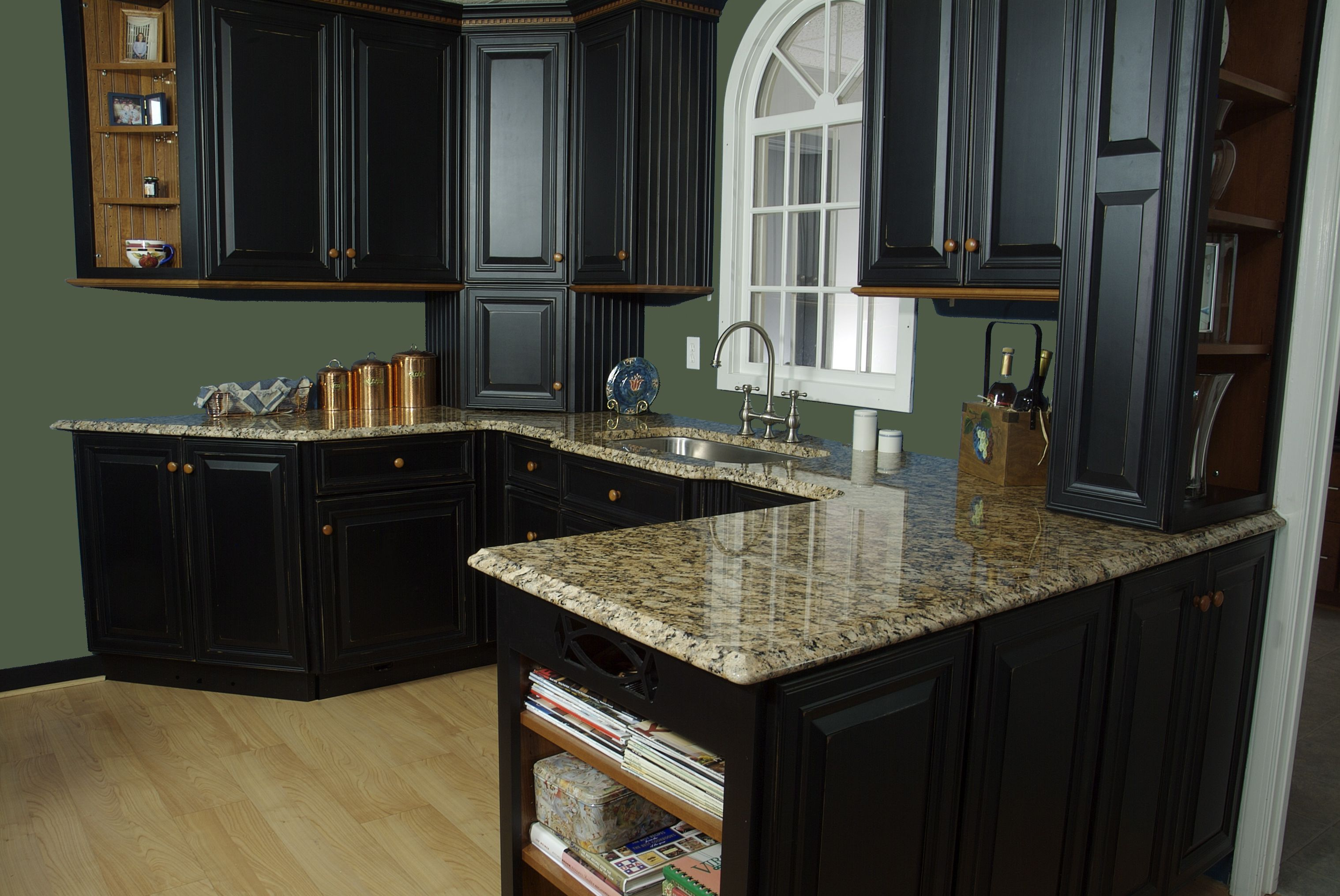 Kitchen Cabinets Made In Neoga Il Wood Species Maple And Cherry Door Style Lincoln Finish Outer Cabinets Maple Silhoue Kitchen Kitchen Cabinets Cabinet