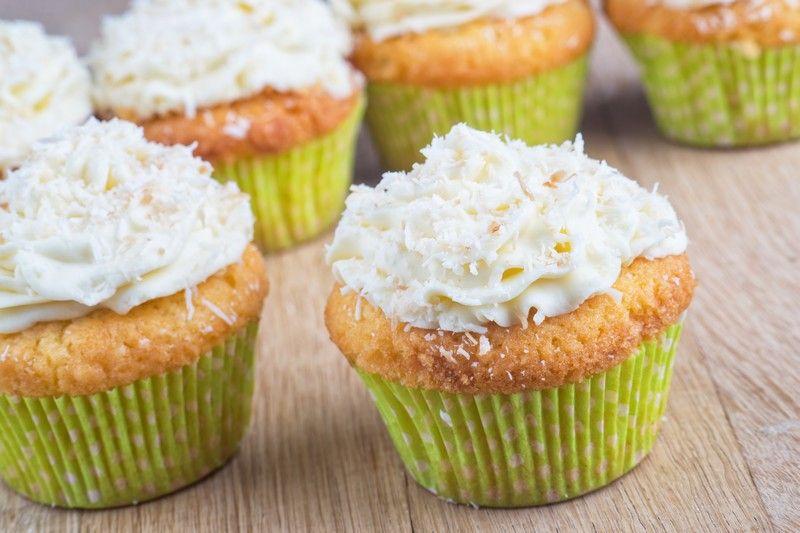 I cupcake al cioccolato bianco con crema al cocco sono dei dolcetti molto gustosi e particolari, dal sapore intenso ma anche fresco