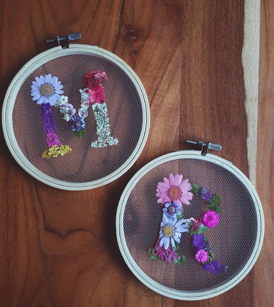 Stickrahmen mit Trockenblumen | Personalisierter Buchstabe | Handmade Ringkissen | Vintage| Wanddeko