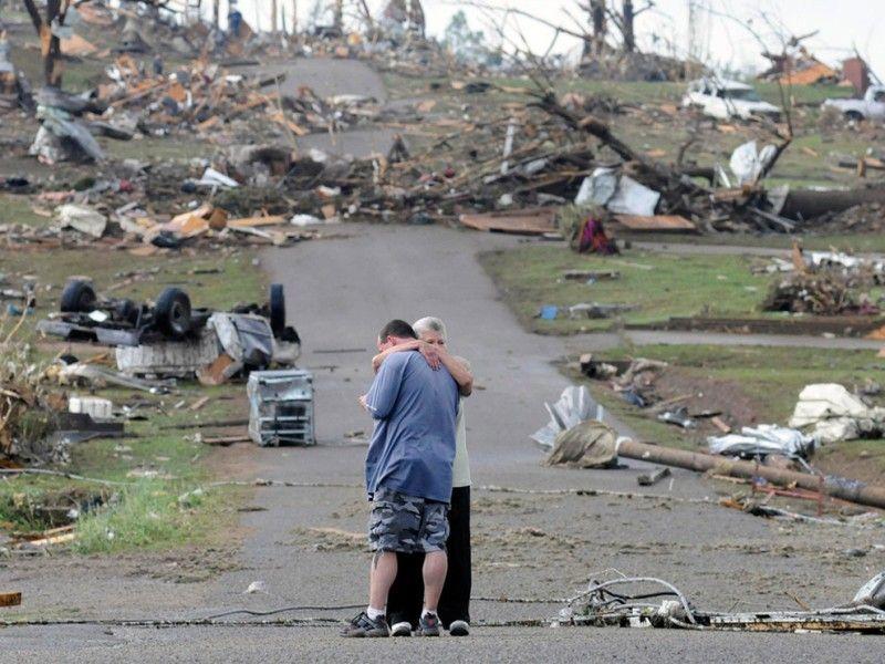 Madre e hijo en Concord, California, cerca de su casa, que fue completamente destruida por un tornado. Abril, 2011.
