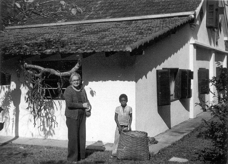 ETA_0090.jpg - Eva Hilden isänsä Toivo Sunin rakentaman talon pihalla.