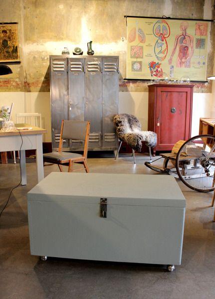 gro e graue 20er jahre holzkiste mit rollen von stattfein auf stattfein das. Black Bedroom Furniture Sets. Home Design Ideas