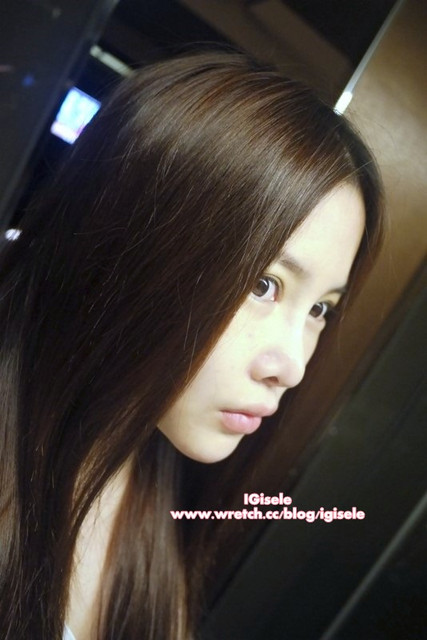 OMG her hair is sooooo pretty!!!! (she went to  隱舍 (http://www.facebook.com/pages/Nuance-Priv%C3%A9e%E9%9A%B1%E8%88%8D/254542214568486) to do a hair spa + use their hair products to wash hair....