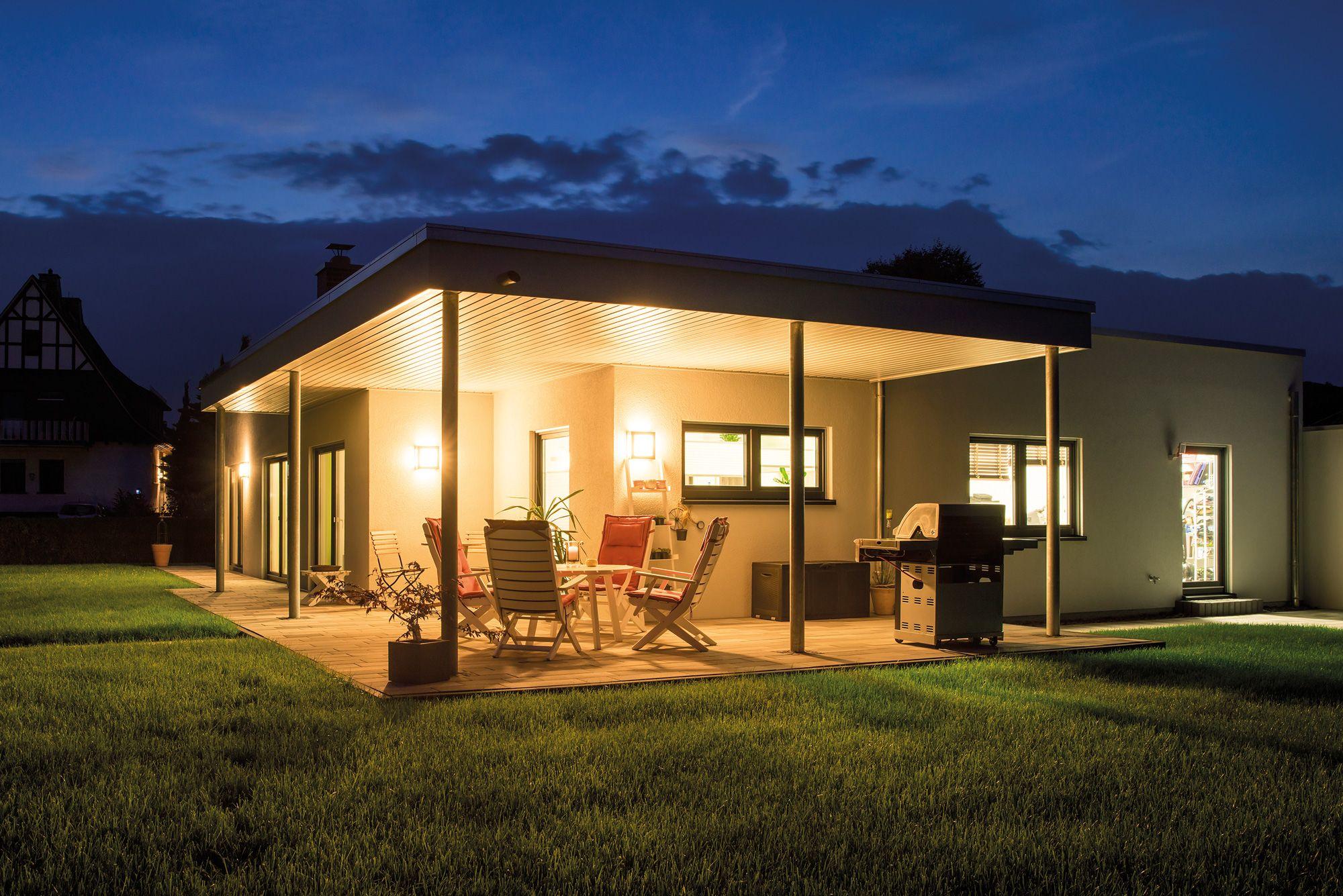 bungalow mit berdachter terrasse terrasse und garten pinterest terrasse garten und haus. Black Bedroom Furniture Sets. Home Design Ideas