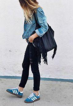 Street style de look com jaqueta jeans, calça jeans destroyed preta e tênis adidas gazelle azul