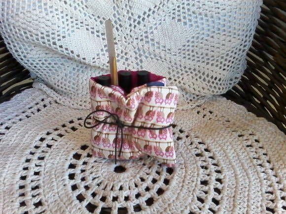 em tecido algodão e plástico transparente com divisórias para organizar esmaltes e outros materiais. R$15,00