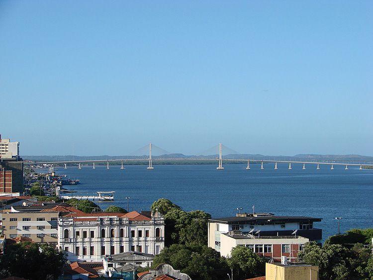 Visão da ponte Construtor João Alves sobre o rio Sergipe, que liga Aracaju-Barra dos Coqueiros, a partir do centro histórico
