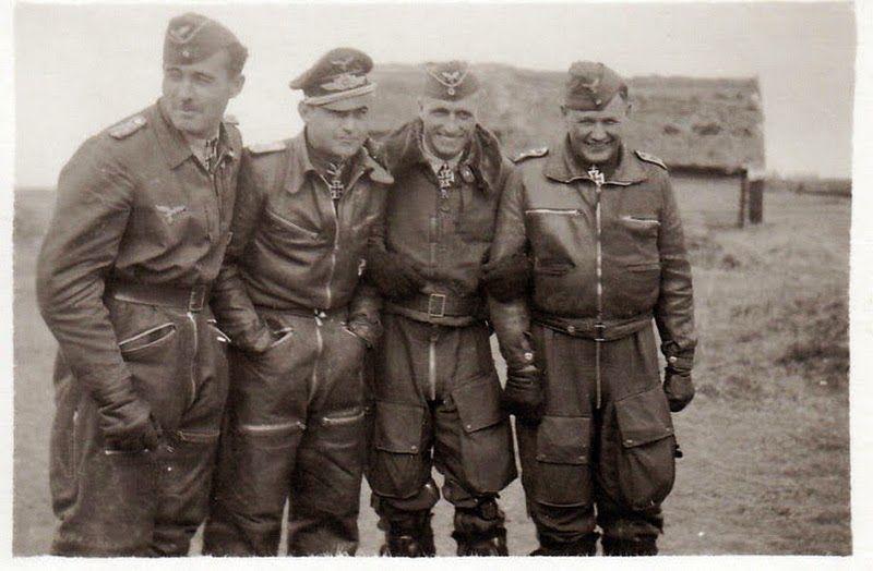 "■ I.Gruppe / Jagdgeschwader 51 ""Mölders"" - Desde izquierda: Hptm Heinrich Krafft (KIA 14-12-42), Hptm Heinz Bär, Lt Erwin Fleig y Ofw Heinrich Höfemeier (KIA 7-8-43)"