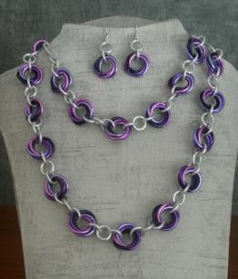 Voici une variation d'une parure réalisée sur demande dans les tons de violet et rose ... boucles d'oreilles, bracelet et collier