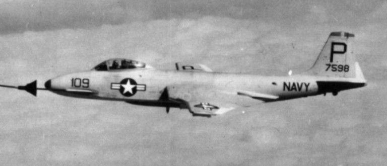 F2H-4 Banshee (VF-11 / CVG-10) se embarcó en USS Coral Sea (CVA 43) - alrededor de 1955 (cortesía del Museo Nacional de la Aviación Naval)