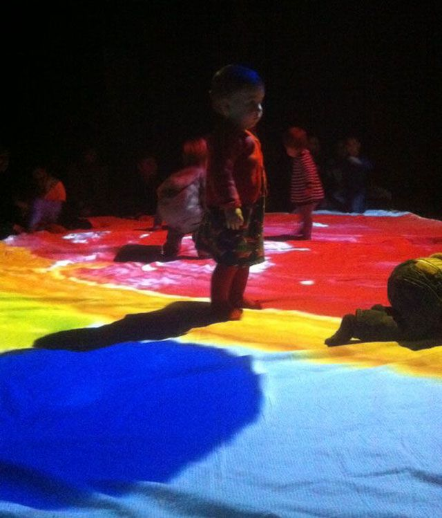 Los chicos de Baychimo Teatro organizan un espectáculo de teatro para bebés; un tinglado visual y sonoro chulísimo que seguro que se te hace corto!