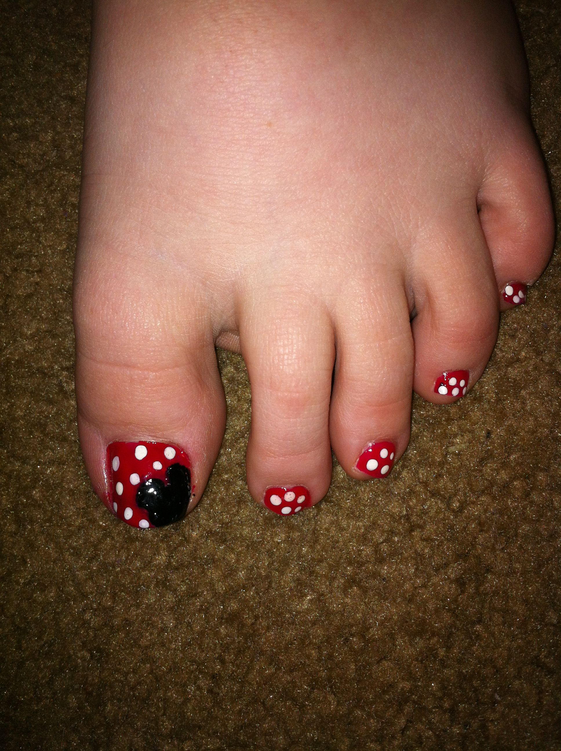 minnie mouse toe nails painted