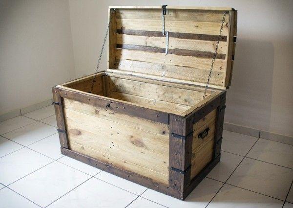 grosse malle fait avec palettes malle palette et bo tes en bois. Black Bedroom Furniture Sets. Home Design Ideas
