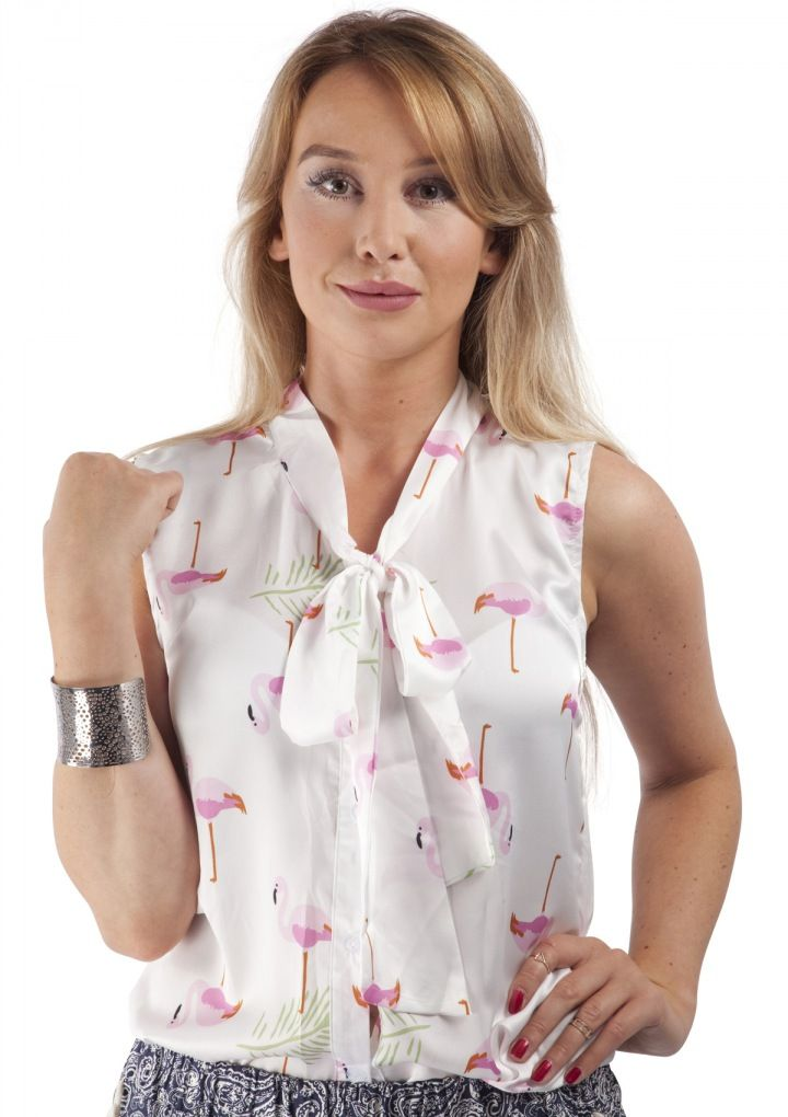 This lightweight sleeveless button down tank with a delicate flamingo detail and a pussybow front is perfect for summer. Pair this with denim shorts and flip flops for a relaxed summer look.