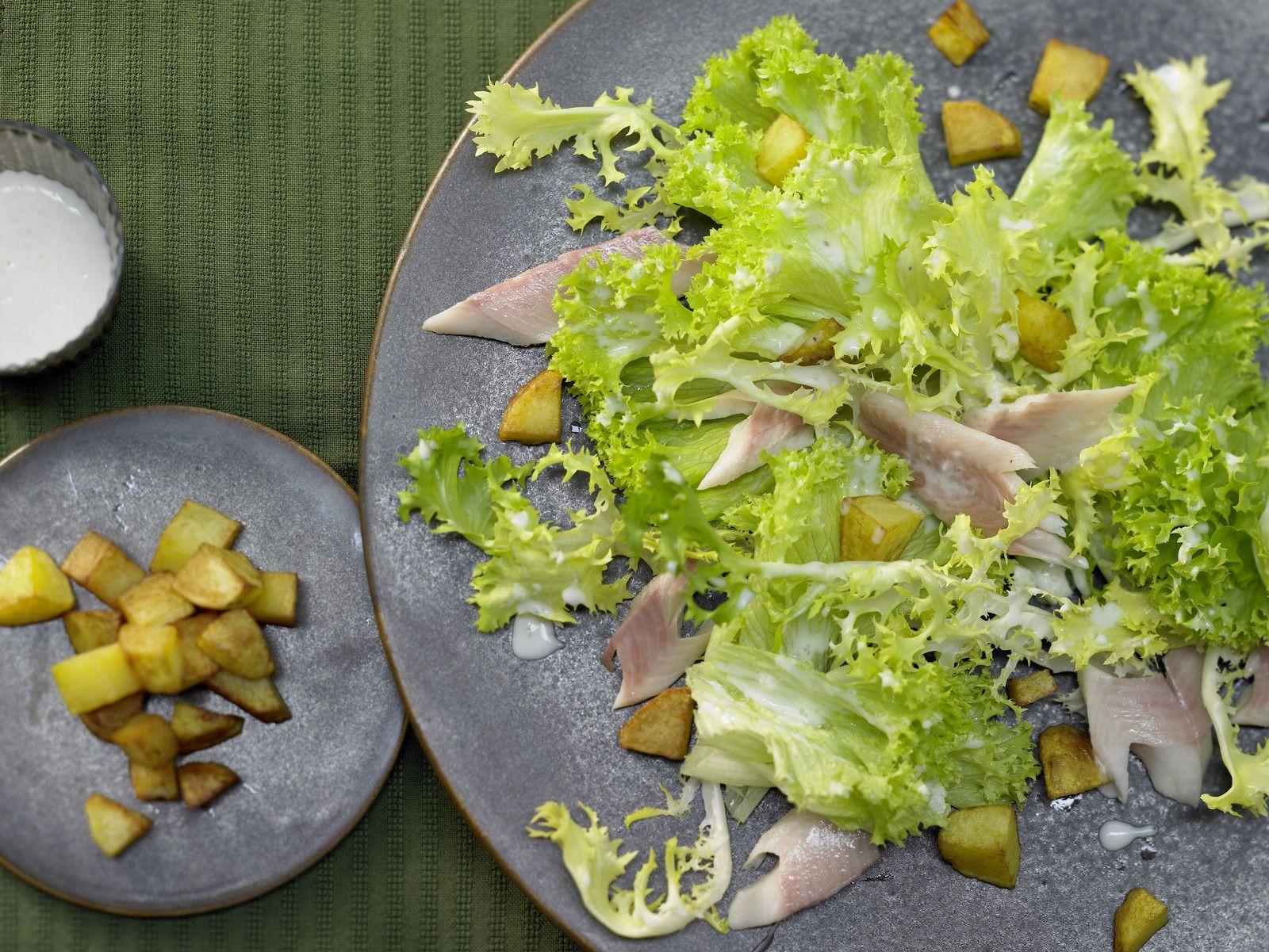 Räucherforelle auf grünem Salat - mit Kartoffel-Croûtons und Meerrettichsauce - smarter - Kalorien: 309 Kcal - Zeit: 30 Min. | eatsmarter.de Hier werden die Kartoffeln zu Croutons verarbeitet.