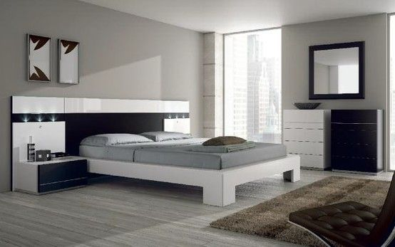 Dormitorio de matrimonio con elegante cabezal negro. Detalle en ...