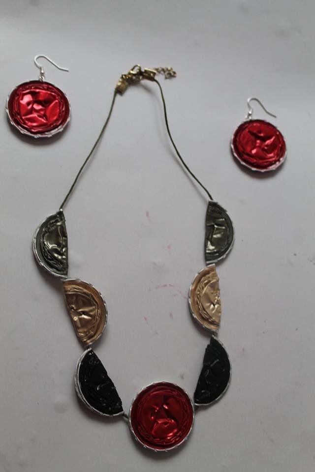 collar con las pendientes rojas