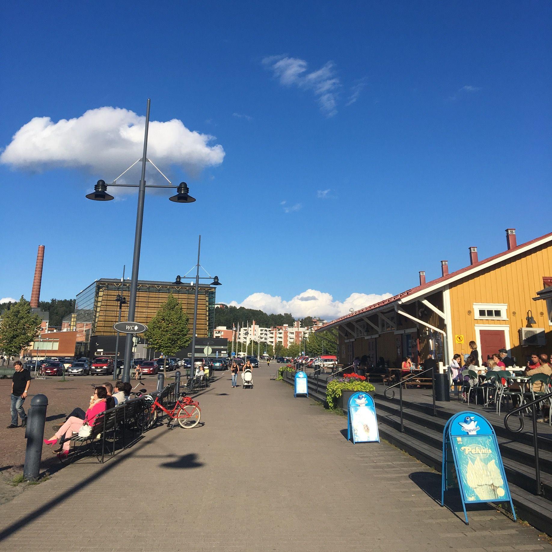 Lahden matkustajasatama sijaitsee aivan keskustan tuntumassa, Vesijärven rannassa. Satamassa voi nauttia kesäpäivistä kahviloissa istuskellen. Satamasta löytyy ravintoloita, terasseja, Sibeliustalo ja mahdollisuus lähteä järvi risteilylle. Laivoilla pääsee Vääksyyn. Ne hinnoitellaan kolmella eri tavalla. Päiväristeilyt ovat halvimpia, kanaristeily on hieman kalliimpi ja illallisristeily maksaa eniten. Eli 15eurosta hinnat lähtevät.