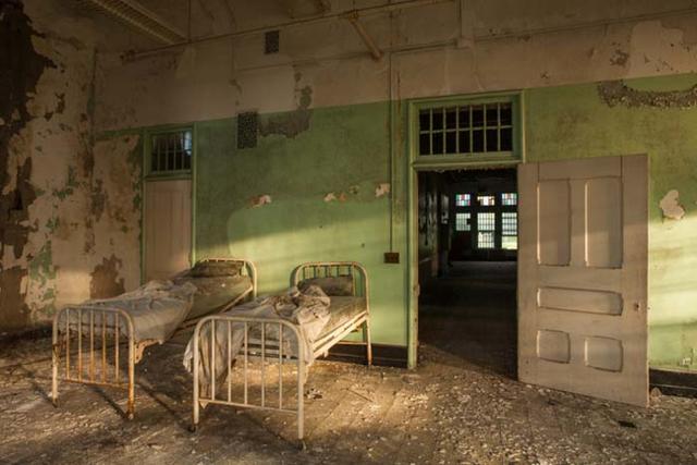一度見たら頭から離れない廃墟化した精神病院の写真シリーズ American