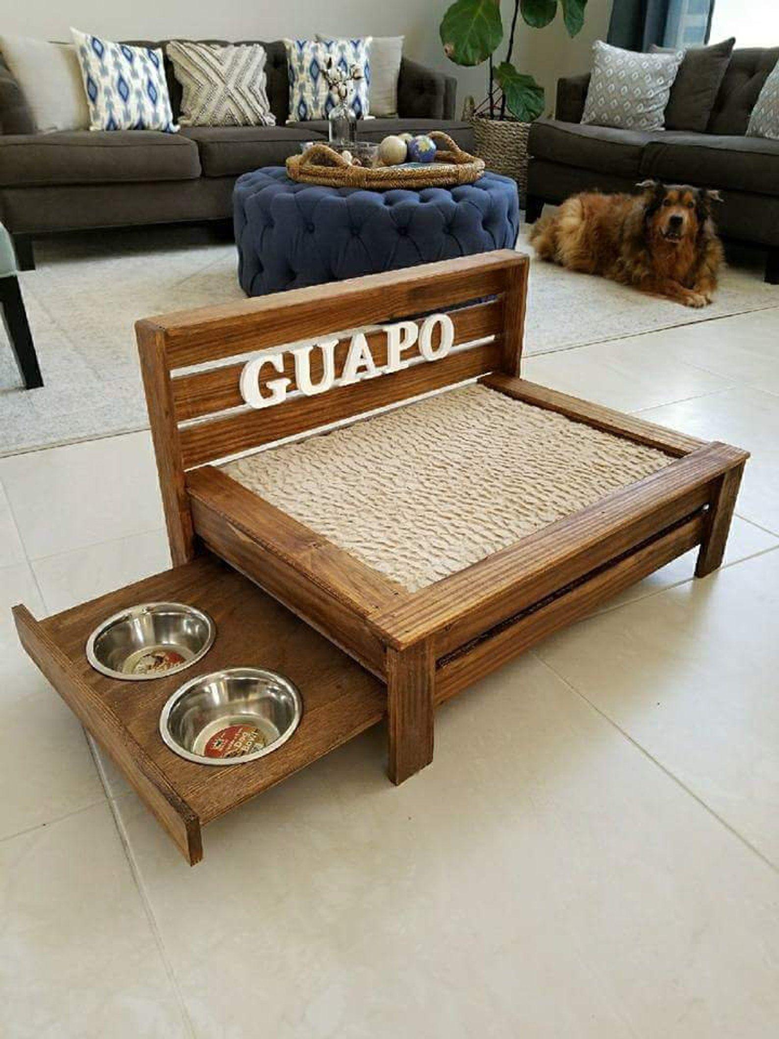 Cama de perro de madera rústica mediana con estación de