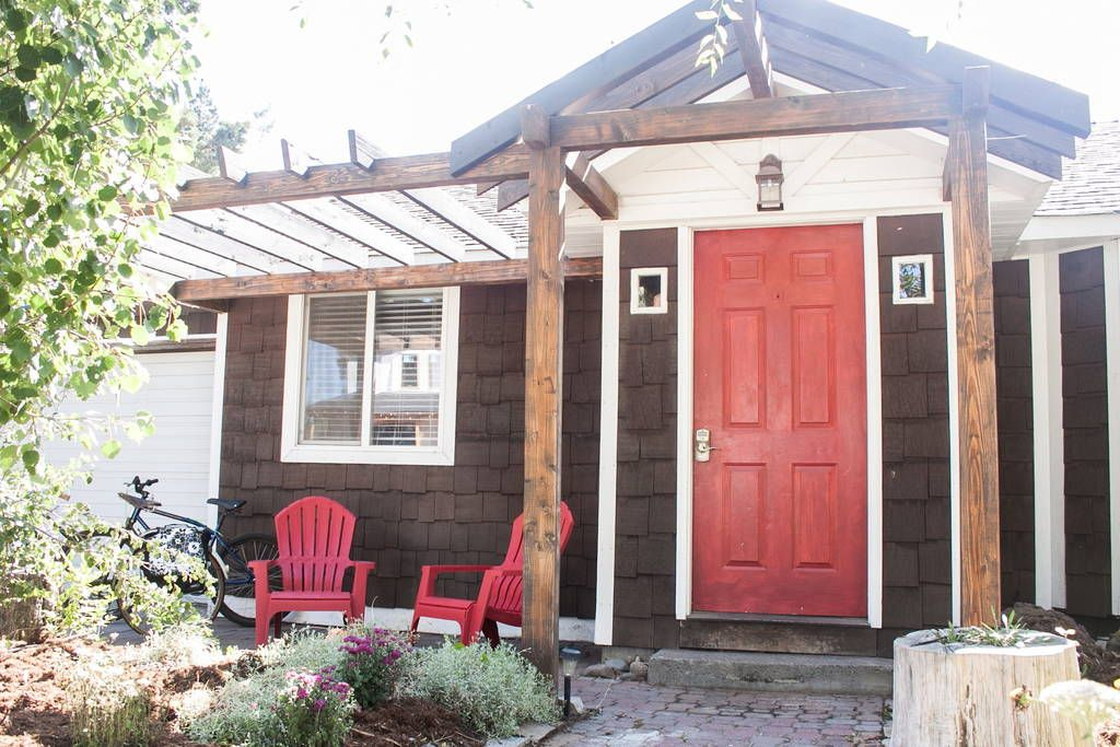 House in Bend, United States. Great spot in the super popular westside of Bend! Cottage with exposed wooden beams, vaulted ceilings with skylights, just 1-2 blocks from Galveston Ave restaurants, shops, cafes! Enjoy your own private hot tub and yard!  This great cottage, The C...