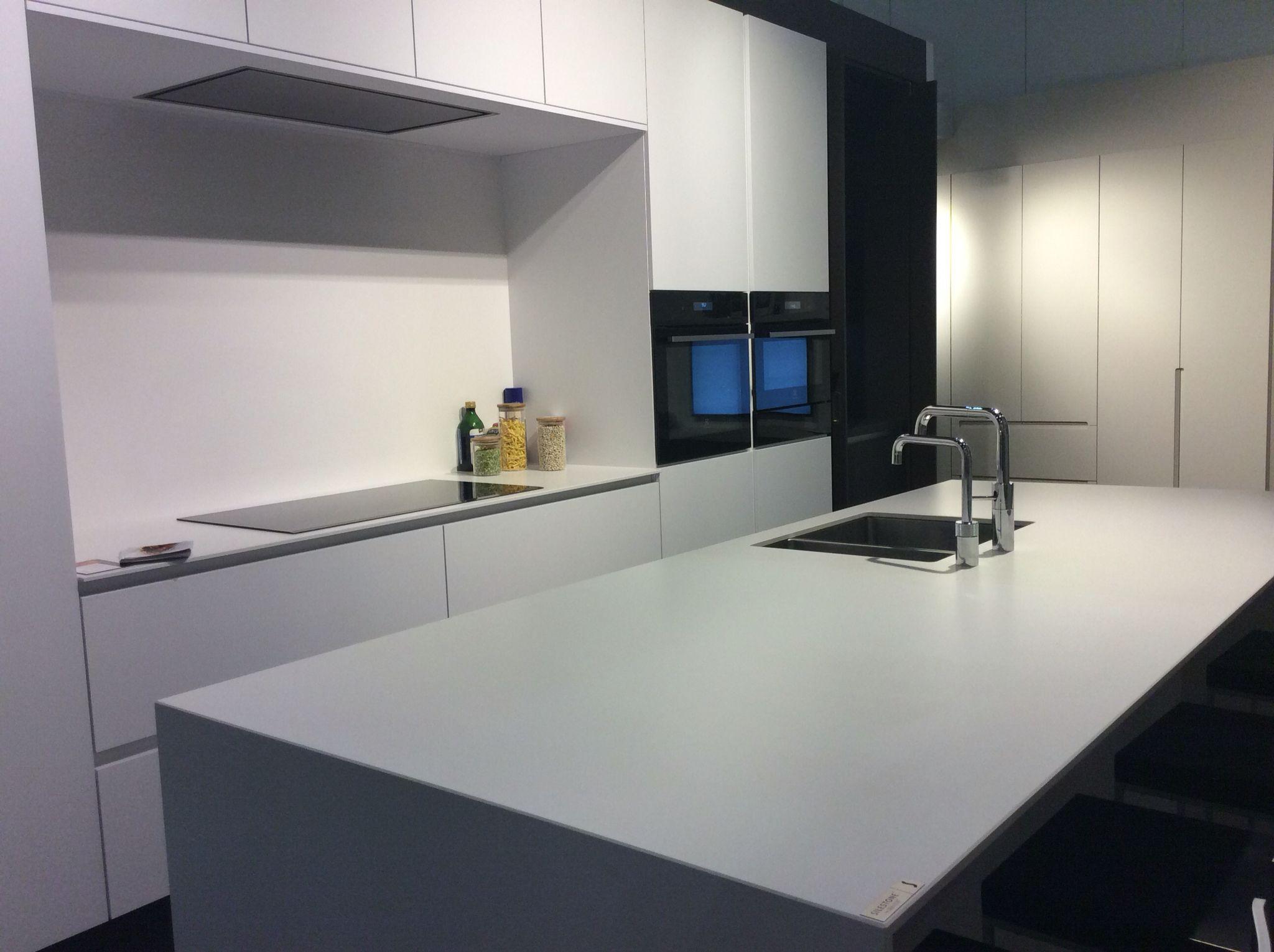 Ilwa kitchen with blanco zeus suede by louis culot for Precios de silestone para cocinas