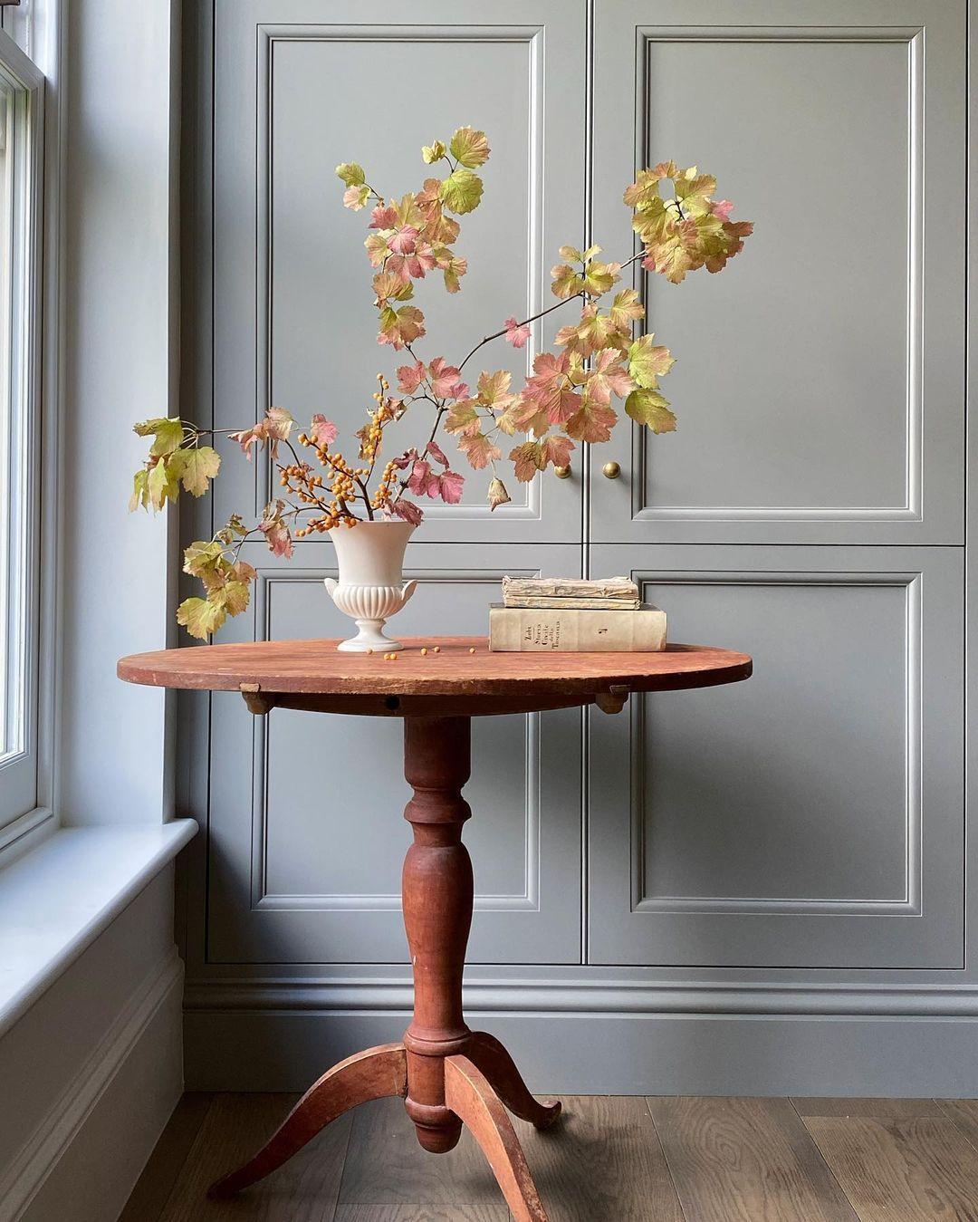 "Victoria Davar on Instagram: ""Autumn invited inside...✨ . . . #sundaystyle #floraldecor #antique #swedishantiques #antiques #table #tablescapes #antiquedecor…"""