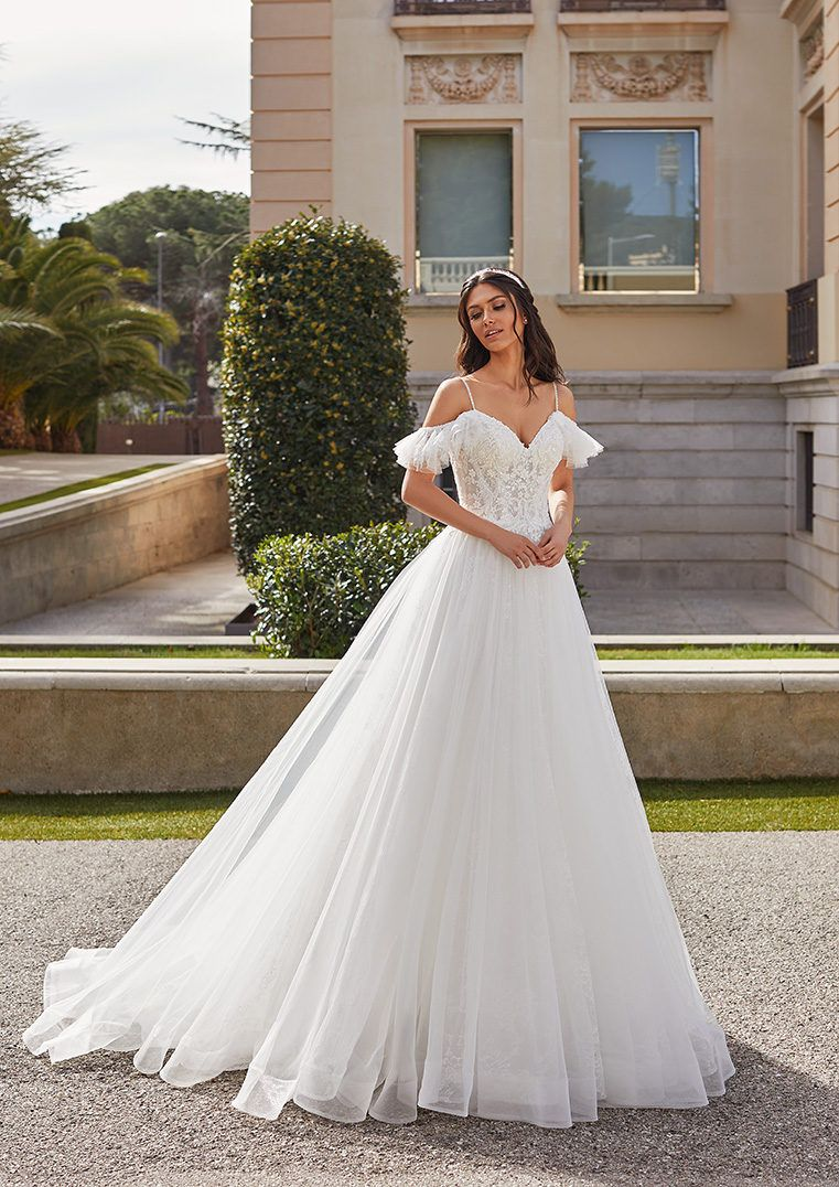 Princess Wedding Dress In Tulle With Straps And Off The Shoulder Sleeves Gail Wedding Dresses Princess Ballgown Pronovias Wedding Dress Wedding Dresses [ 1076 x 761 Pixel ]