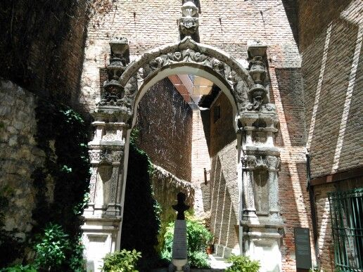Portada en el patio de la cada de Cervantes, Valladolid