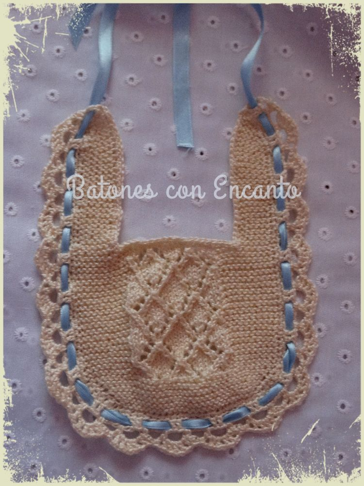 Batones con Encanto: Babero de bebé tejido con dos aguja, artesanal.
