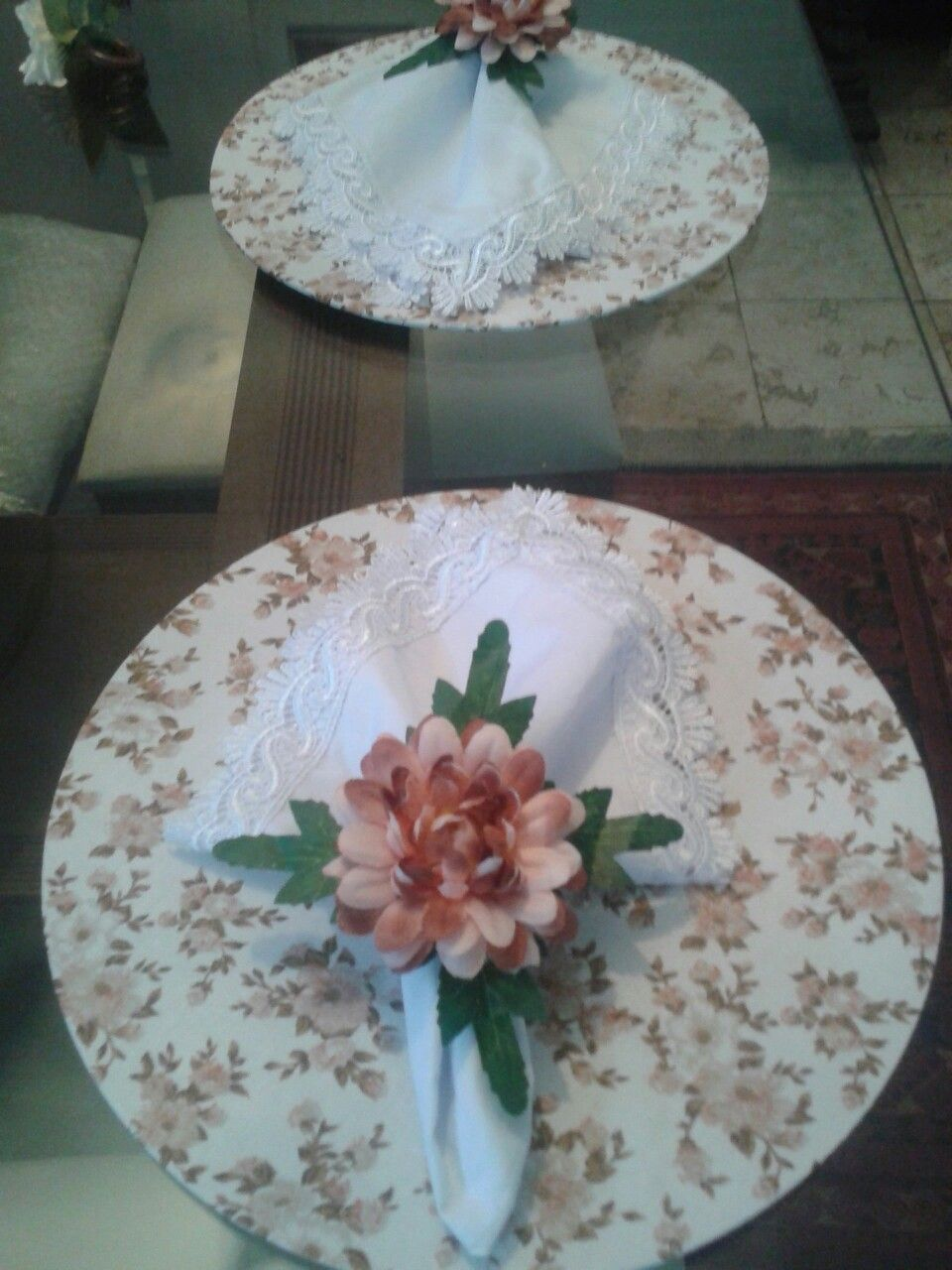 Boa tarde! Com esse belíssimo conjunto floral, capa de sousplat de tricoline, guatdanapo com guipir e PG de Crisântemo.  Instagram→ styloemmesa