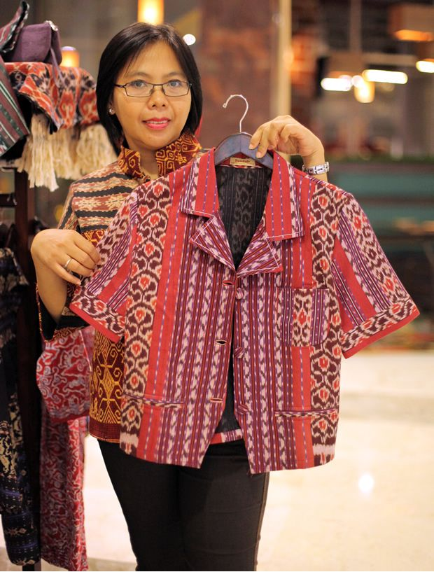 Kreasi Baju Bahan Tenun Tradisional Model Pakaian